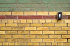 Modelli la parete dei mattoni colorati con sbocco elettrico Immagini Stock Libere da Diritti