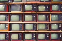Modelli la parete televisione variopinta TV del mucchio di retro Immagini Stock Libere da Diritti