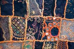 Modelli pieghi sul tappeto, cucito nella tecnica di rappezzatura Fotografie Stock Libere da Diritti