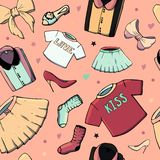 Modelli senza cuciture di vettore con la roba delle ragazze Illustrazione di modo con l'abbigliamento, i gioielli, i cosmetici, i illustrazione di stock