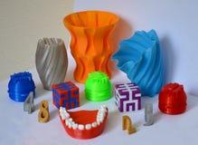 Modelli stampati dalla stampante 3d Gli oggetti variopinti hanno stampato la stampante 3d Fotografia Stock Libera da Diritti