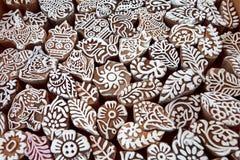 Modelli sui blocchetti di legno per il tessuto tradizionale di stampa, progettazione locale della muffa del mercato dell'India Fotografia Stock Libera da Diritti