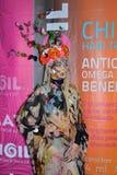 Modelli in un costume esagerato luminoso con le farfalle nel pH Immagini Stock Libere da Diritti