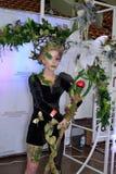 Modelli in un costume nero e verde esagerato di un nymp della foresta Immagine Stock Libera da Diritti
