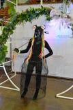 Modelli in un vestito nero esagerato nelle zone della foto ai fes Fotografie Stock Libere da Diritti
