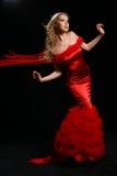 Modelli in un vestito rosso. Fotografia Stock