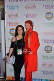 Modelli in un vestito rosso esagerato con un retro telefono con una v Immagine Stock