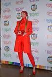 Modelli in vestito rosso esagerato con il retro telefono nella zona della foto Fotografia Stock Libera da Diritti