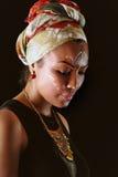 Modellieren Sie in der afrikanischen Art mit ausdrucksvollem Make-up und in der hellen Kleidung Lizenzfreies Stockbild