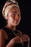 Modellieren Sie in der afrikanischen Art mit ausdrucksvollem Make-up und in der hellen Kleidung Lizenzfreie Stockfotos