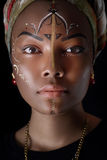 Modellieren Sie in der afrikanischen Art mit ausdrucksvollem Make-up und in der hellen Kleidung Stockfotografie