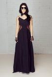 Modellieren Sie im schwarzen Abendkleid nahe und in der Fliege Stockfoto