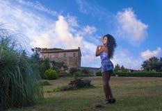 Modellieren Sie mit dem Hintergrund des Himmels und der Wolken Lizenzfreies Stockbild