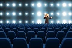 modellieren Sie mit Kasten auf seinem hatte mit Megaphon am Kino 3d Lizenzfreies Stockfoto