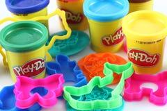 Modellierendes Mittel des Spiel-Doh mit Formen Stockfoto
