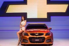 Modellings não identificados afixados sobre Chevrolet ss Foto de Stock