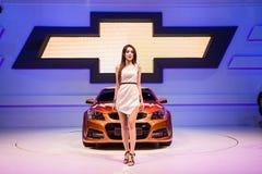 Modellings não identificados afixados sobre a exposição de Chevrolet ss na fase Fotografia de Stock Royalty Free