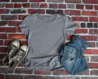 Modelllägenhet som är lekmanna- av den gråa T-skjortan royaltyfria foton