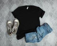 Modelllägenhet som är lekmanna- av den svarta T-skjortan royaltyfri fotografi