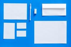 Modellmall för att brännmärka identitet Vit brevpapper på bästa sikt för blå bakgrund modell royaltyfri foto
