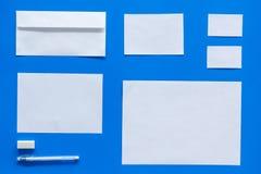 Modellmall för att brännmärka identitet Vit brevpapper på bästa sikt för blå bakgrund modell arkivbild