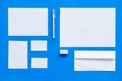 Modellmall för att brännmärka identitet Vit brevpapper på bästa sikt för blå bakgrund modell royaltyfri bild