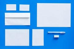 Modellmall för att brännmärka identitet Vit brevpapper på bästa sikt för blå bakgrund modell royaltyfri fotografi