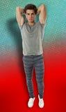 Modellman som poserar på färgrik bakgrund Fotografering för Bildbyråer