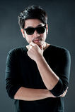 Modellmode des jungen Mannes der Sonnenbrille Stockbild