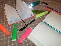 Modellnotizblock, Tagebuch mit Stift, Bleistift, Machthaber, Markierungen und eine Taschenlampe Lizenzfreies Stockfoto