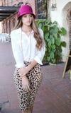 Modello adolescente alla moda all'aperto Fotografie Stock Libere da Diritti