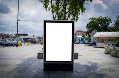 Modello all'aperto verticale in bianco del tabellone per le affissioni sulla via della città fotografia stock libera da diritti