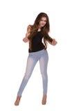 Modello alla moda con capelli eleganti in jeans Bello adolescente con capelli lunghi che posano l'attrezzatura d'avanguardia d'us fotografia stock