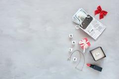 Modello alla moda d'avanguardia di acquisto di modo, insegna Fondo femminile di modo fotografia stock