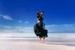 Modello alla moda della giovane donna sulla spiaggia al tramonto Fotografia Stock Libera da Diritti