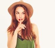 Modello alla moda della ragazza in abbigliamento casual di estate che posa nello studio fotografie stock libere da diritti
