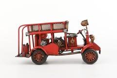 Modello antico del camion dei vigili del fuoco su fondo bianco Fotografia Stock Libera da Diritti
