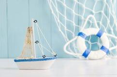 Modello antico del giocattolo della barca a vela con la corda e la conchiglia - sedere nautiche Immagini Stock