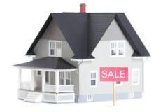Modello architettonico della Camera con il segno di vendita,   Fotografia Stock Libera da Diritti