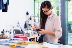 Modello asiatico del taglio dei progetti della donna dello stilista Immagini Stock Libere da Diritti
