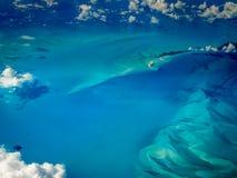 Modello astratto dei turbinii dei blu della vista aerea subacquea delle scogliere delle isole dei Caraibi Fotografie Stock Libere da Diritti