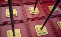 Modello astratto di rosso e dei quadrati di sovrapposizione dell'oro con metallo Fotografie Stock Libere da Diritti