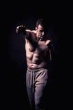 Modello atletico di forma fisica dell'uomo Fotografie Stock Libere da Diritti