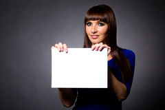 Modello attraente con il segno in bianco Fotografia Stock Libera da Diritti
