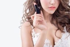 Modello attraente della donna su fondo bianco fotografia stock