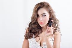Modello attraente della donna su fondo bianco immagini stock