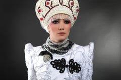 Modello attraente in vestiti esclusivi di disegno Immagini Stock
