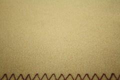 Modello beige del tessuto molle con i punti decorativi qui sotto fotografia stock