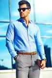 Modello bello alla moda dell'uomo nella via Fotografie Stock Libere da Diritti