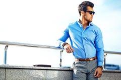 Modello bello alla moda dell'uomo nella via Fotografia Stock